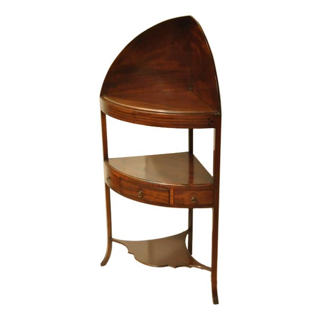 イギリス製マホガニー材で作られた杢目の美しいアンティークコーナーシェルフ
