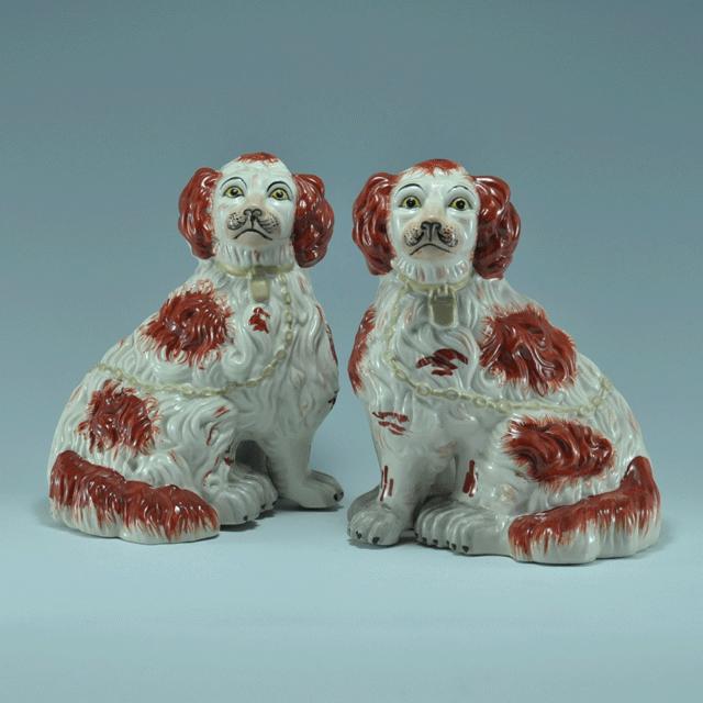 イギリス王室で可愛がられていたキャバリア犬をモチーフにして作られたアンティークペアスタッフォードシャードッグ