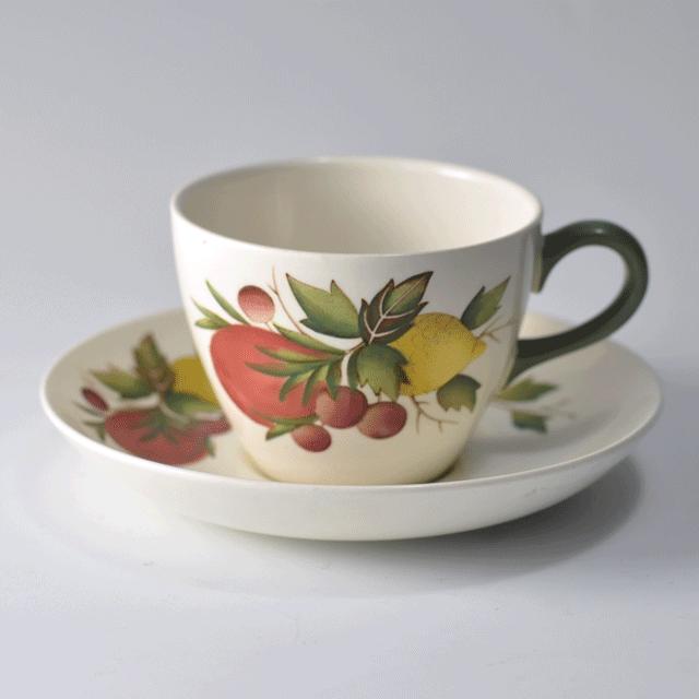 ウェッジウッド(Wedgewood)の優しい色合いで果物が描かれたCOVENT GARDENSパターンのアンティークティーカップ&ソーサー