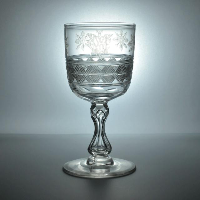 ハンドカットの装飾とエングレービングでイニシャルが刻まれたアンティークワイングラス