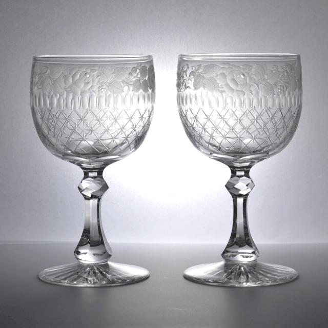 イギリス製、上質なクリスタルガラスで作られたエングレービングで装飾されたバラ/ローズが高貴な印象のアンティークペアワイングラス