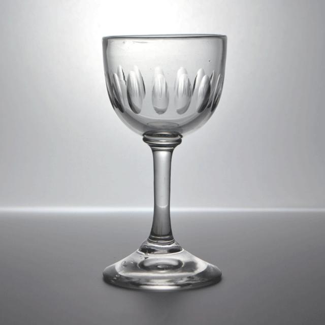少し長いステム(脚)を持つ小ぶりなカップのアンティークリキュールグラス