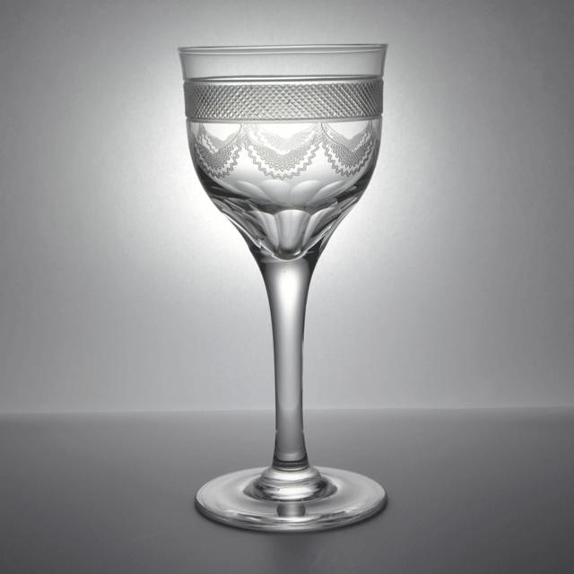 カップにハンドカットで装飾が施されたアンティークワイングラス