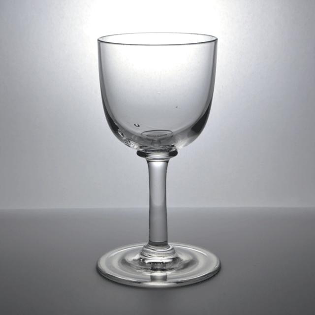 シンプルなデザインの小ぶりなアンティークワイングラス