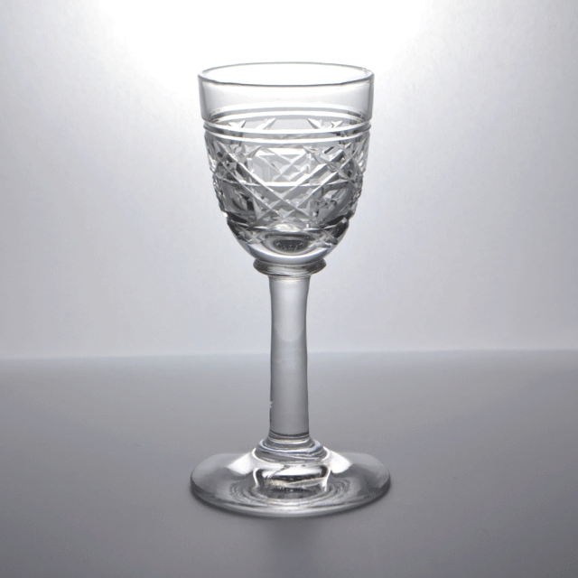 カップ全体にハンドカットが施されているアンティークショットグラス(リキュールグラス)