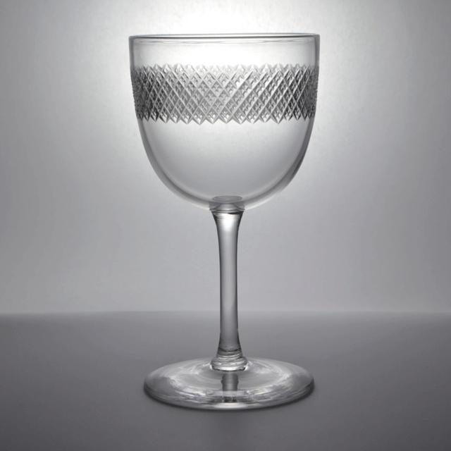 ハンドカットが施された小ぶりなアンティークワイングラス