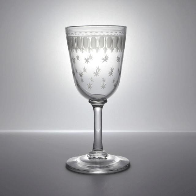 カップ全体に繊細なハンドエッチングで装飾が施されたアンティークリキュールグラス