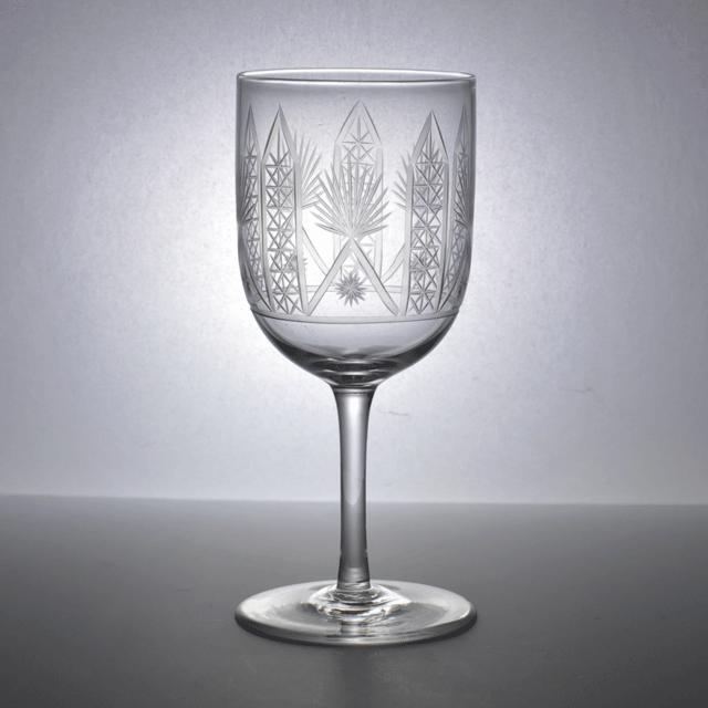 ハンドカットで装飾された小ぶりなサイズのアンティークワイングラス