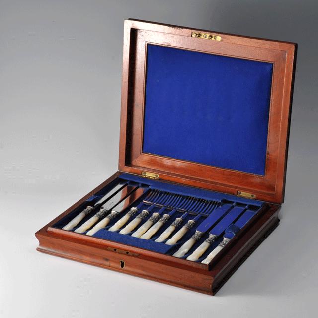 イギリス製、持ち手はマザーオブパール、シルバープレートの箱付きアンティークカトラリーセット