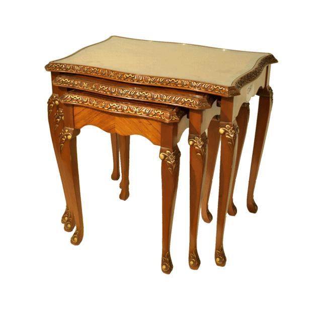 マホガニー材で作られたアンティークネストテーブル