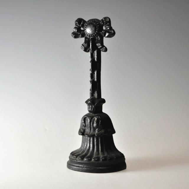 イギリス製キャストアイアン(鋳鉄)で作られた持ち手部分はリボン、下部はベルのモチーフのアンティークドアストッパー