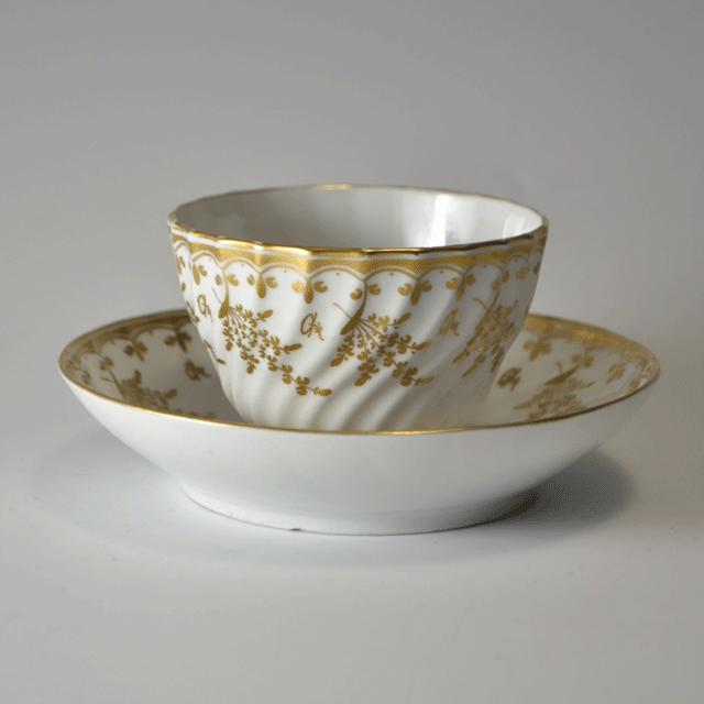白の素地にハンドペイントの金彩色がとても映えている、持ち手が無いアンティークティーカップ&ソーサー
