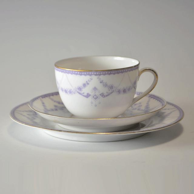 イギリス製の淡い紫と金彩色が高貴な印象のアンティークティーカップトリオ