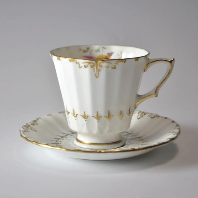 ハンドペイントと金彩色が美しいロイヤルクラウンダービー社製アンティークティーカップ&ソーサー