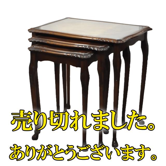 マホガニー材で作られたアンティークネストテーブル(ガラス天板)