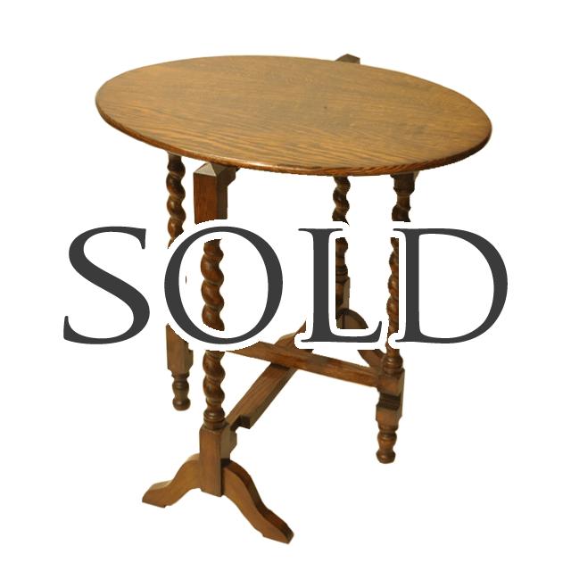 オーク材で作られたツイストレッグのアンティークフォールディングテーブル