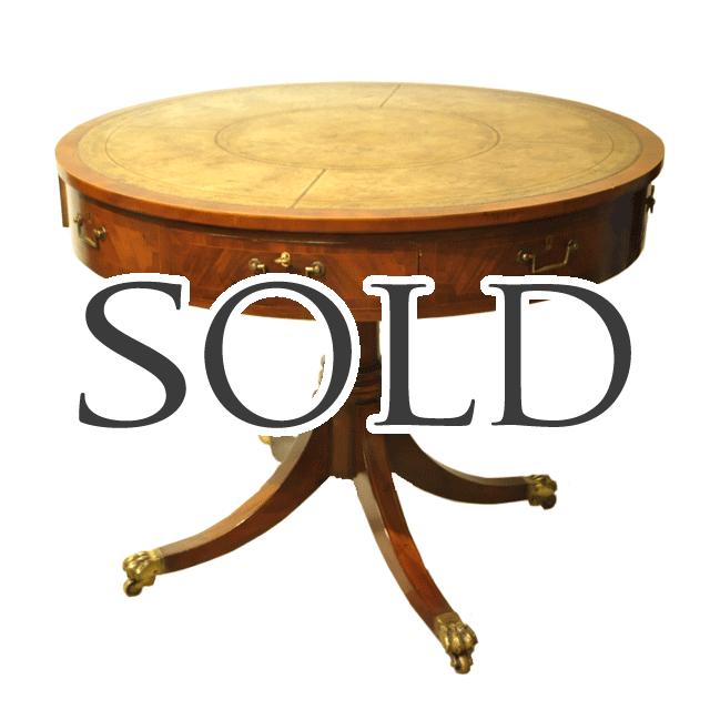 マホガニー材で作られたドラムテーブルと言われるアンティーク丸テーブル、天板にはモスグリーンのレザーが貼られています