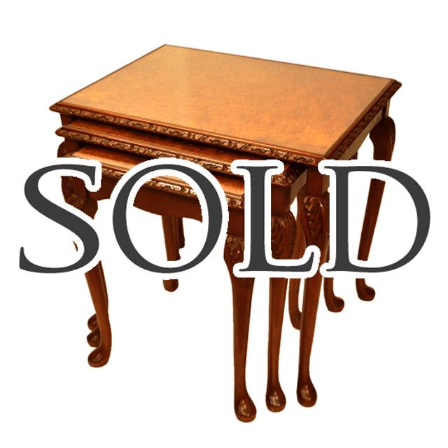 マホガニー材で作られたガブリオールレッグを持つガラス天板の入れ子式ネストテーブル
