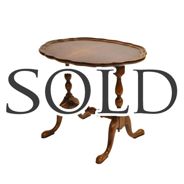 天板はパイクラスト、脚にはボビンターニングレッグとガブリオールレッグのデザインが用いられたアンティークコーヒーテーブル