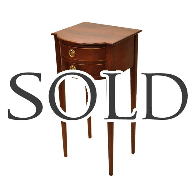 マホガニー材で作られた小ぶりなサイズのサイドテーブル