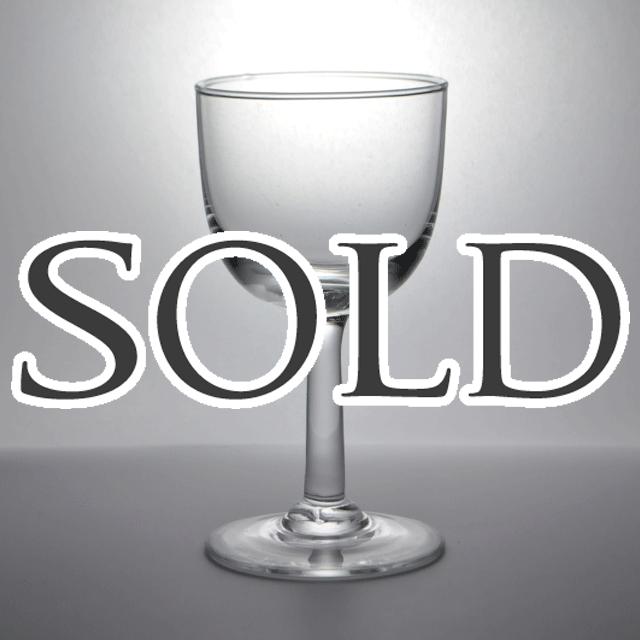 シンプルなデザインでアンティークグラス独特の揺らぎが特徴的なワイン・リキュールグラス