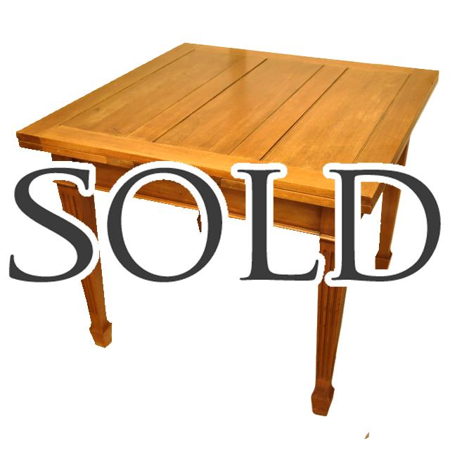 明るいマホガニーの色合いのスペードレッグを持つ伸長式のアンティークドローリーフテーブル