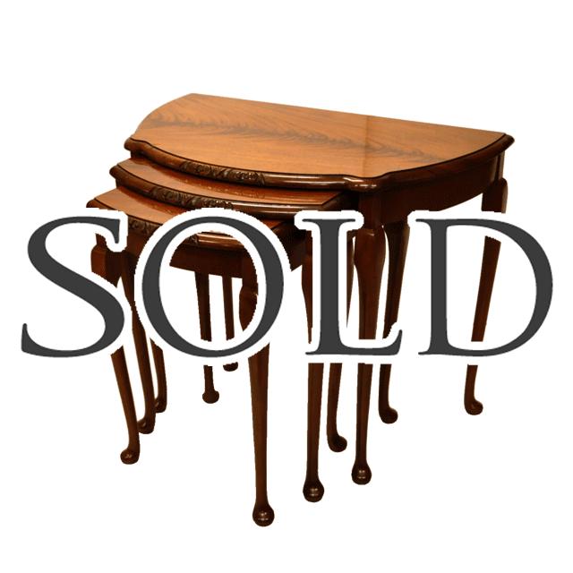 マホガニー材で作られたガブリオールレッグのアンティークネストテーブル