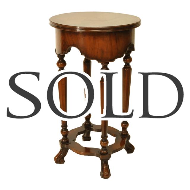 マホガニー材で作られたアンティークランプテーブル