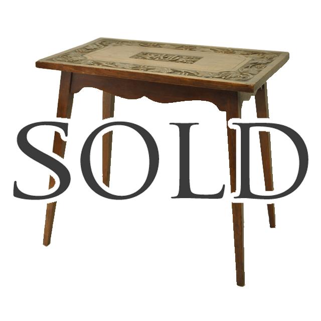 オーク材で作られた浮かし堀された彫刻が印象的なアンティークサイドテーブル