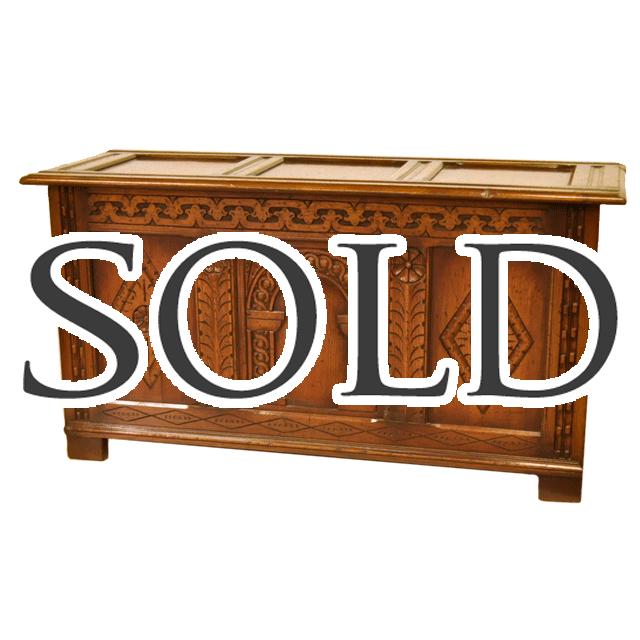 アンティーク家具特有の経年変化によるオークのグラデーションが味わい深いコファブランケットボックス