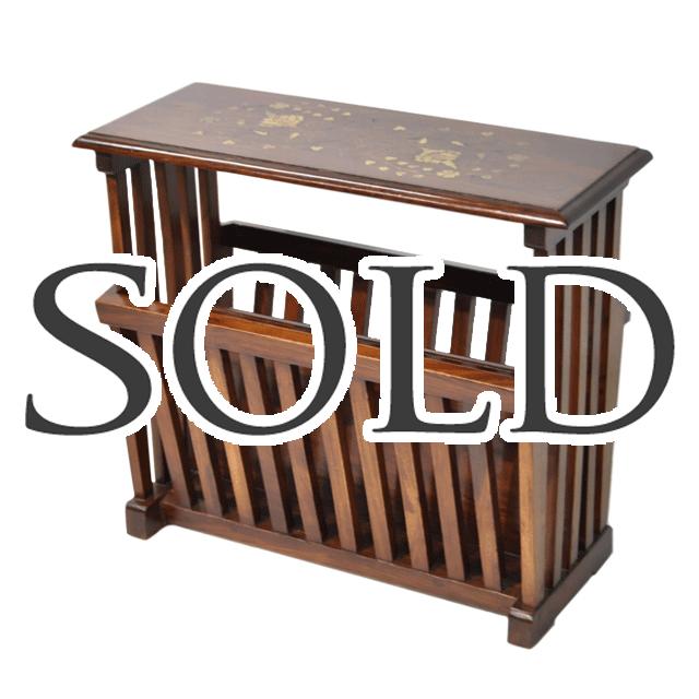 マホガニー材で作られた上はティーテーブル、下はマガジンラックのアンティークテーブル