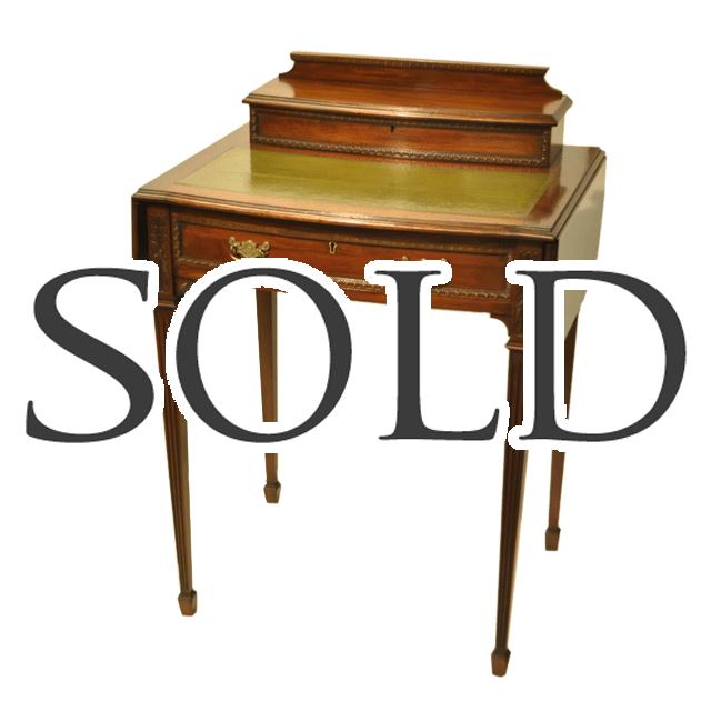 マホガニー材で作られた、天板にはモスグリーンのレザーが貼られた、アンティークフラッピング式テーブル