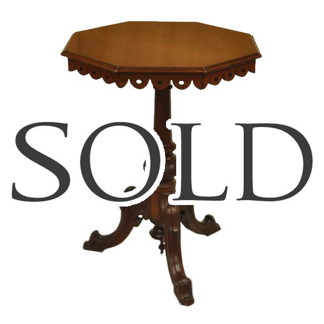 マホガニー材で作られたアンティークカフェテーブル