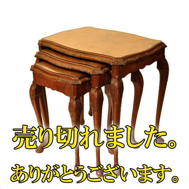ウォールナットの杢目が美しいガブリオールレッグのアンティークネストテーブル(ガラス天板)