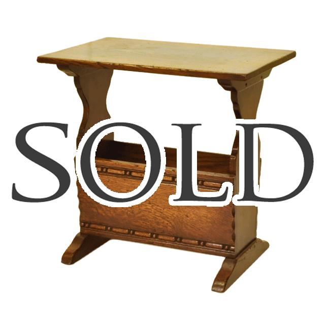 小ぶりでシンプルなデザインのオーク材で作られたアンティークマガジンラックwithティーテーブル