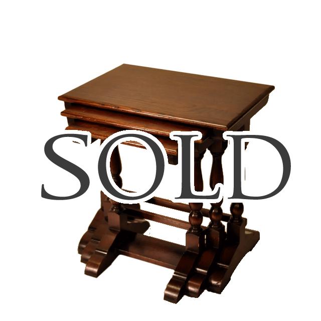 オーク材で作られたボビンターニングレッグと言われる脚を持つアンティークネストテーブル