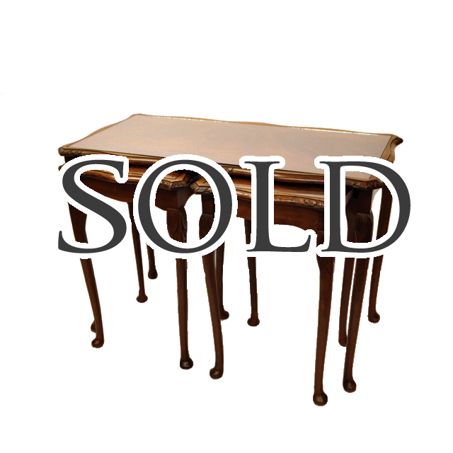 マホガニーで作られてた入れ子式のアンティークネストテーブル