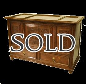 オーク材で作られた素晴らしい彫刻が施されたアンティークコファブランケットボックス、ドロワー(引出し)付き
